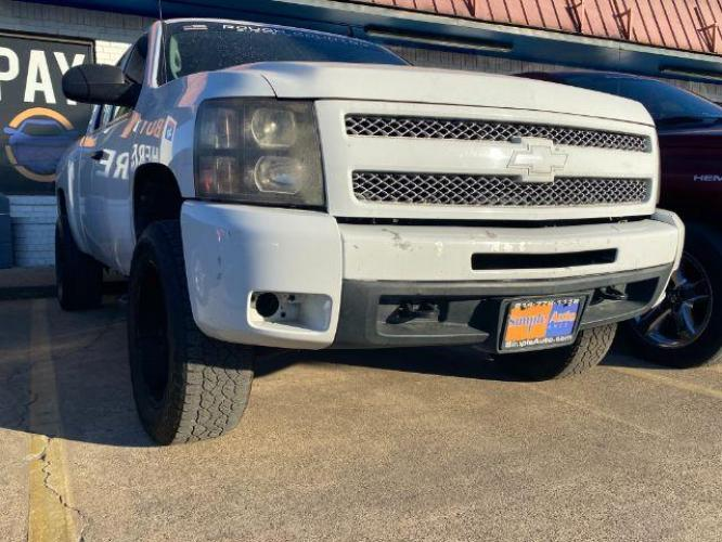 2011 WHITE /GRAY CHEVROLET SILVERADO LT Ext. Cab 2WD (1GCRCSE03BZ) with an 5.3L V8 OHV 16V FFV engine, 6-Speed Automatic transmission, located at 11700 Garland Rd., Dallas, TX, 75218, (214) 321-6450, 32.852482, -96.678986 - Photo #0